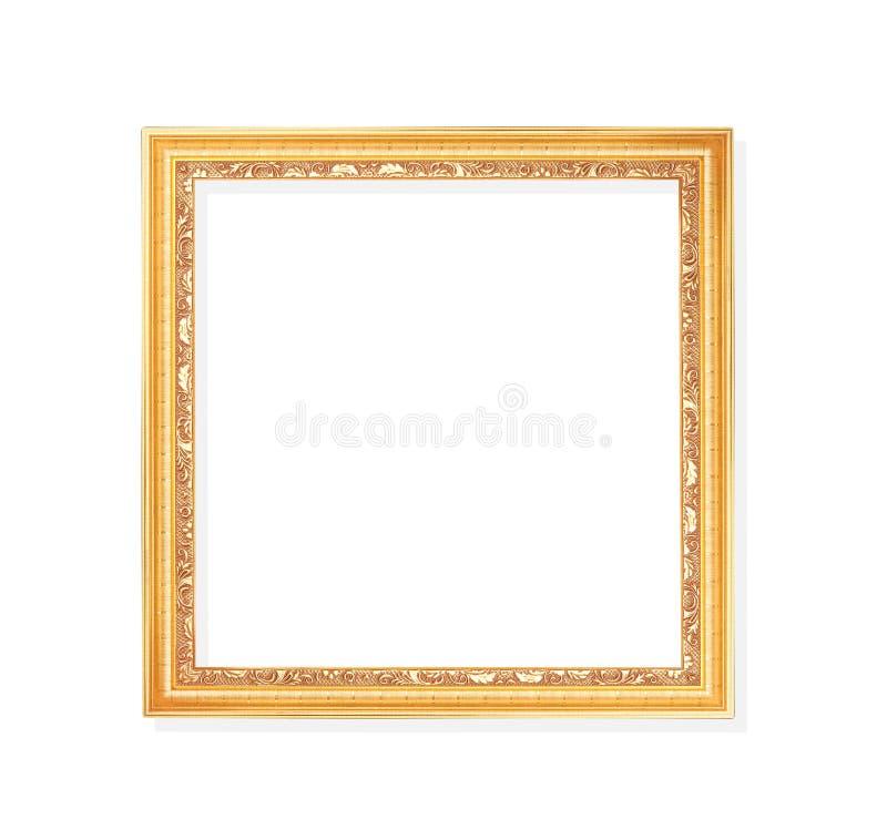 Stara, złota ramka z wzorkami rzeźby wokół krawędzi wyizolowanej na białym tle i ścieżce przycinającej obraz stock