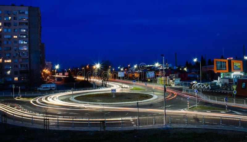 Stara Zagora, Болгария, движение  Ð новое спиральное, 18:30 премьер-министр, ландшафт ночи стоковые изображения rf