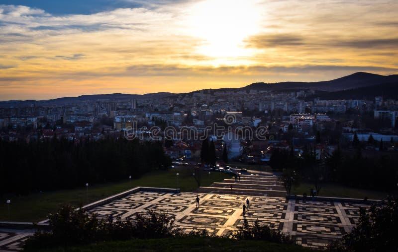 Stara Zagora, Bulgarien, barnsamaritflaggan, solnedgång över staden royaltyfria bilder