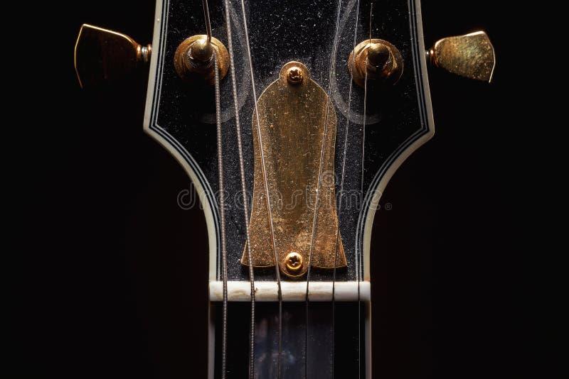 Stara Zakurzona gitara elektryczna zdjęcia stock