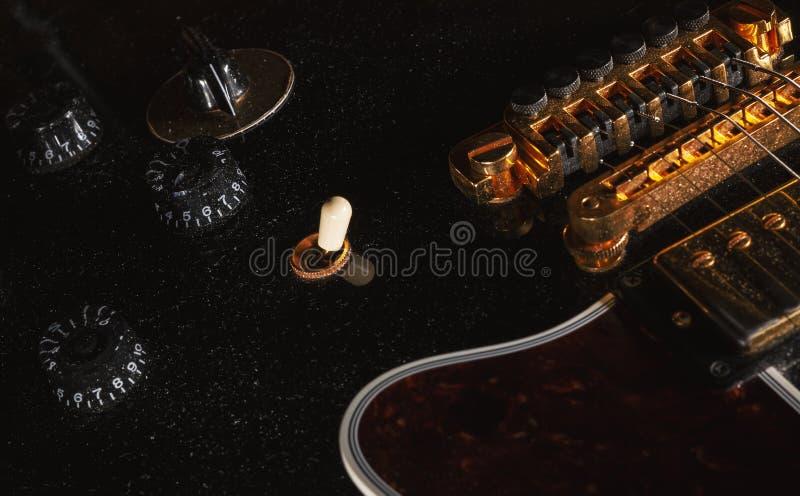 Stara Zakurzona gitara elektryczna obrazy royalty free