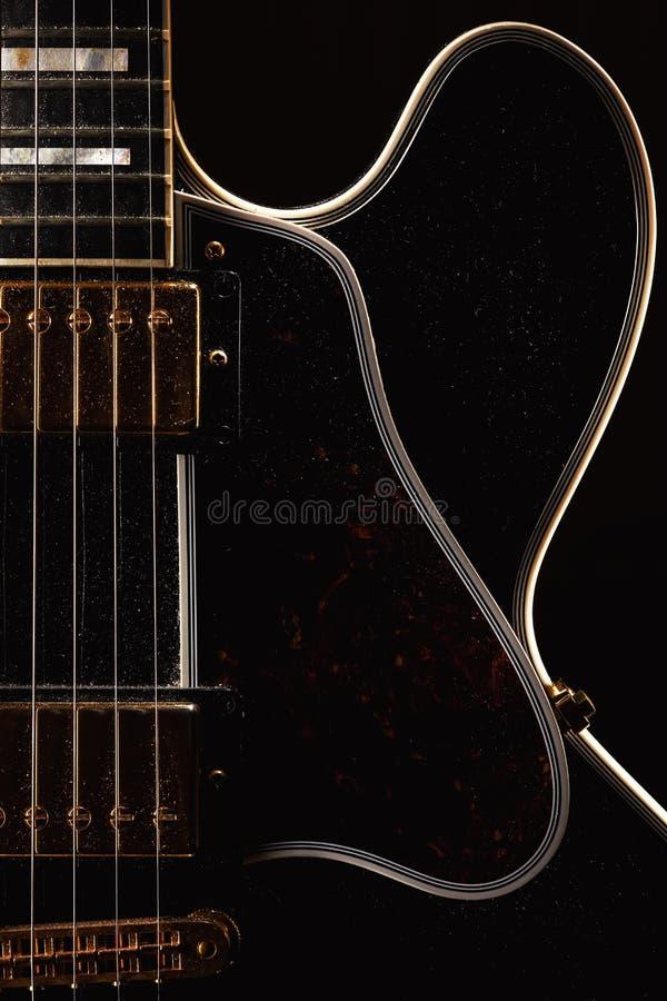 Stara Zakurzona gitara elektryczna obrazy stock