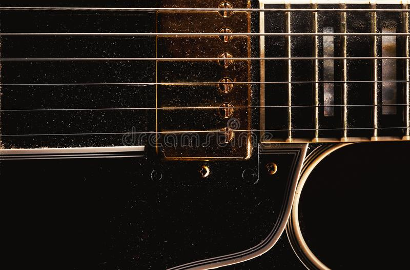 Stara Zakurzona gitara elektryczna obraz stock
