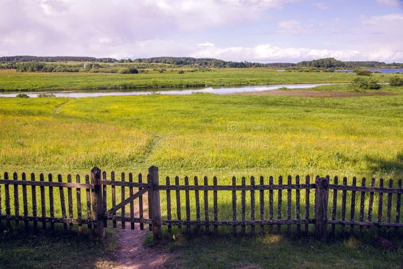 Stara zamknięta drewniana brama z ogrodzeniem w lato słonecznym dniu zdjęcie royalty free