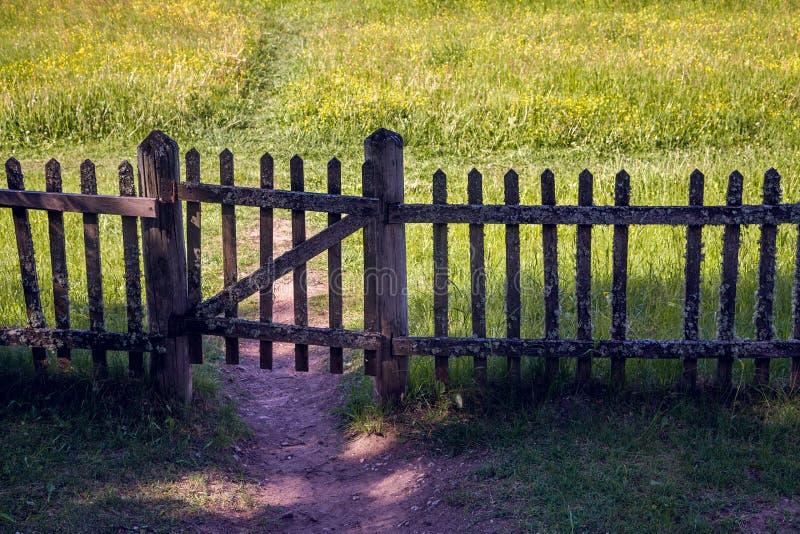 Stara zamknięta drewniana brama z ogrodzeniem w lato słonecznym dniu zdjęcia royalty free