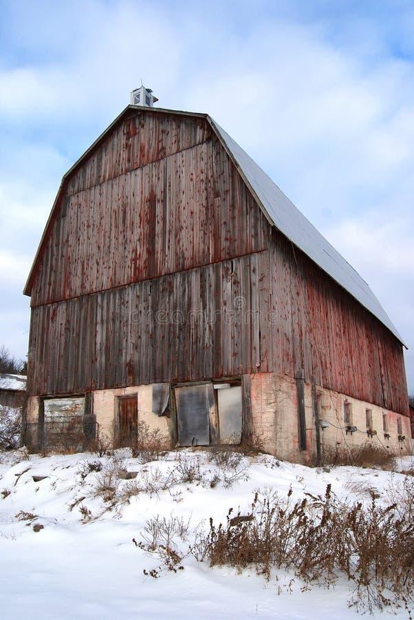 Stara Zaniechana Czerwona stajnia w zima krajobrazie fotografia royalty free