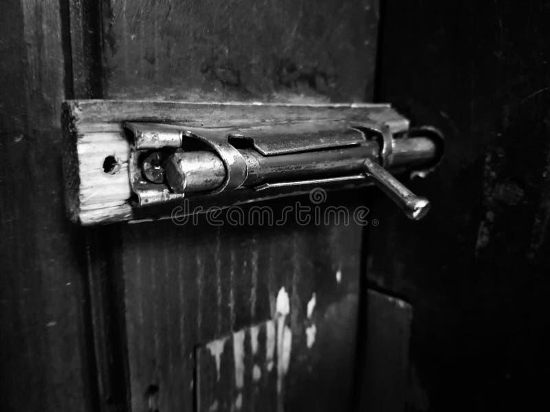 Stara zapadka lub cholery na drewnianym drzwi obrazy royalty free