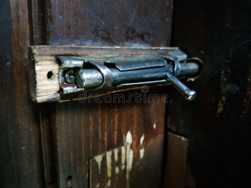 Stara zapadka lub cholery na drewnianym drzwi zdjęcie stock