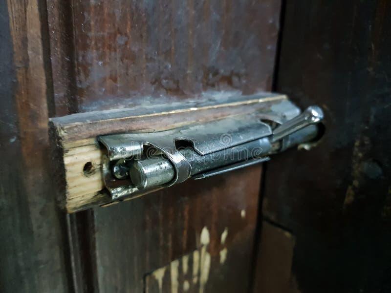 Stara zapadka lub cholery na drewnianym drzwi obraz stock