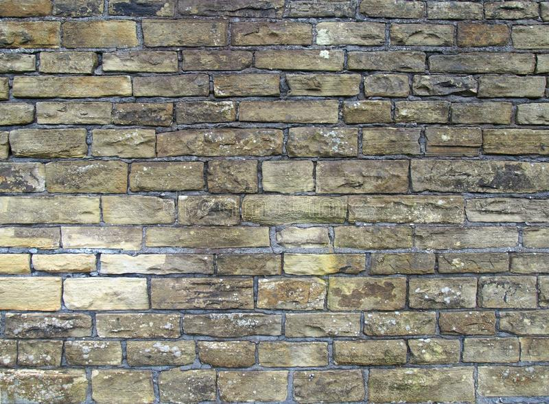 Stara zewnętrzna ściana robić bloki szorstki żółtego brązu pyłu kamień zdjęcia royalty free