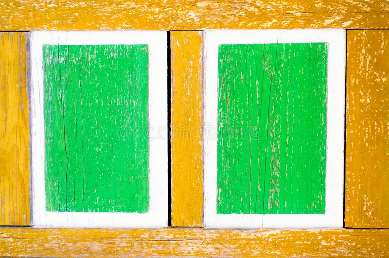 Stara zieleń kwadrata drewna rama na żółtym tle Jaskrawe farby, kolorowy zielony tło Drewniany t?o maluj?cy kolory _ zdjęcia royalty free