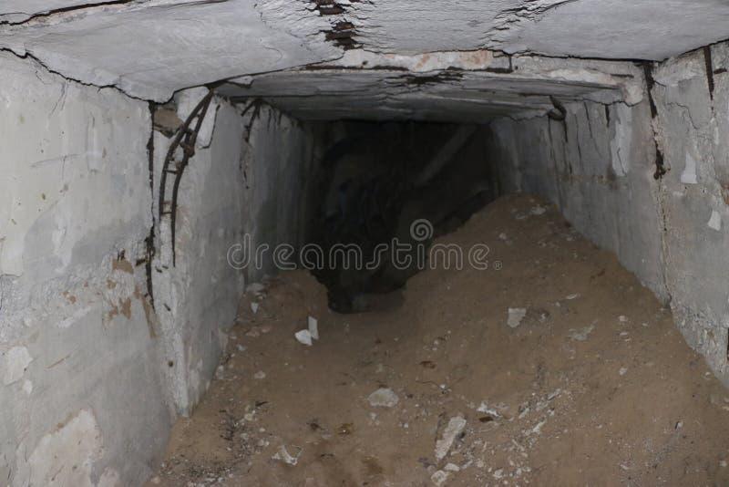 Stara zniszczona militarna baza pocisk siły po wybuchów z nakazową poczta i schronem rzucającymi w wo obraz royalty free