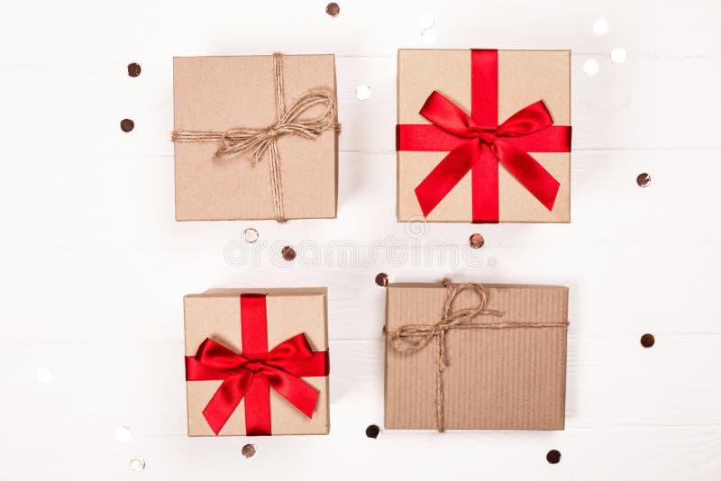 Staranni rzędy boże narodzenie prezenta pudełka z błyskotliwością na białym drewnianym tle obrazy stock