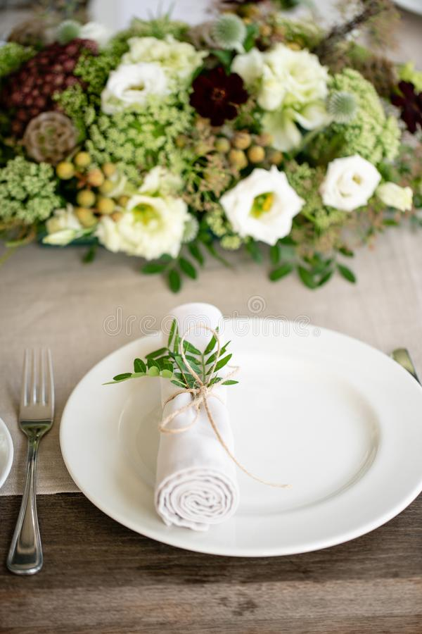 Starannie przekręcający w tubki jadalni pieluchę dekorował z sprig pistacja Ślubny bankiet lub galowy gość restauracji _ zdjęcie stock