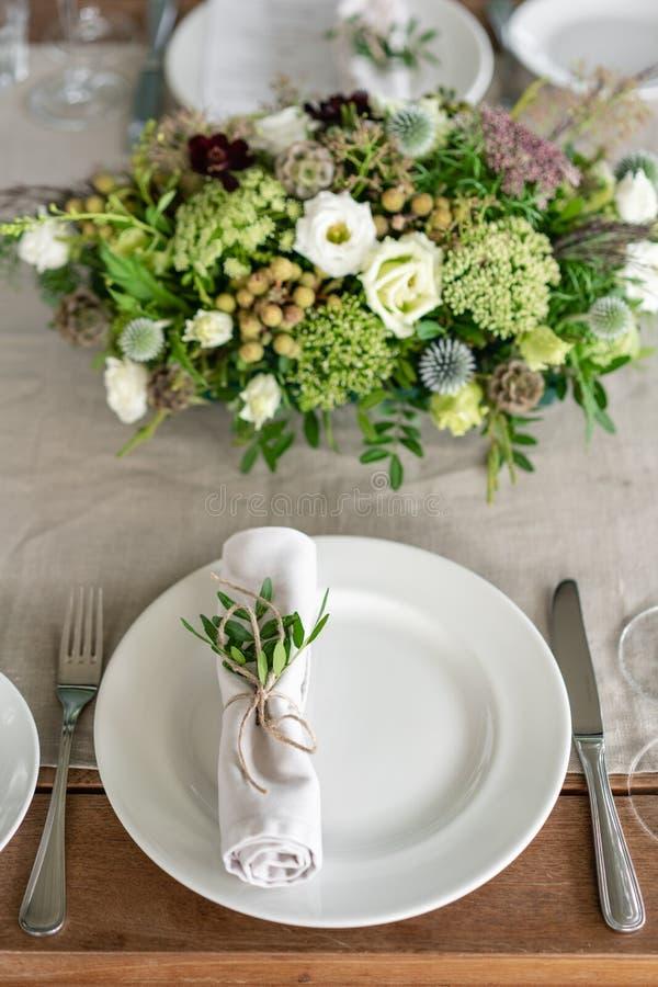Starannie przekręcający w tubki jadalni pieluchę dekorował z sprig pistacja Ślubny bankiet lub galowy gość restauracji _ zdjęcia stock