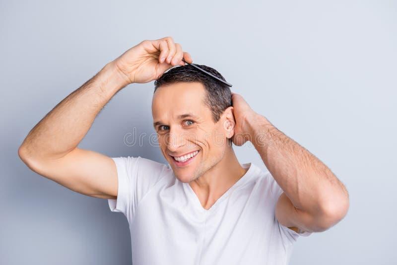 Staranny, modny, doświadczony, elegancki, brunet, pozytywny mężczyzna patrzeć zdjęcie royalty free