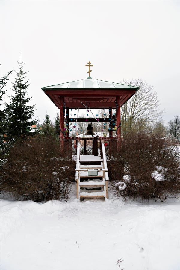 Staraya拉多加,俄罗斯,2019年1月5日 一座小正统钟楼,欢乐地装饰以纪念圣诞节 免版税图库摄影