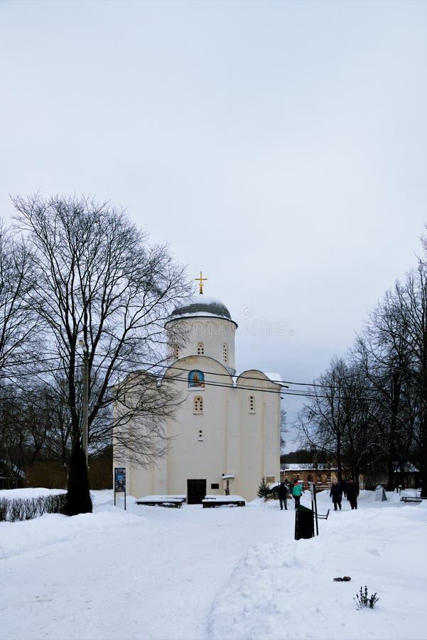 Staraya Ladoga, Rússia, o 5 de janeiro de 2019 Opinião a igreja ortodoxa medieval no convento e peregrinos em torno dele fotos de stock