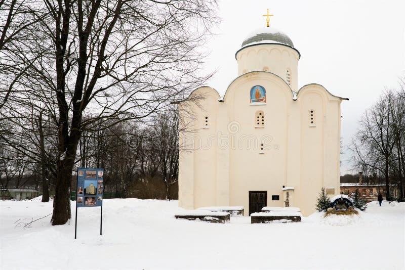Staraya Ladoga, Rússia, o 5 de janeiro de 2019 Vista horizontal da igreja ortodoxa medieval no convento e de peregrinos em torno  imagem de stock royalty free