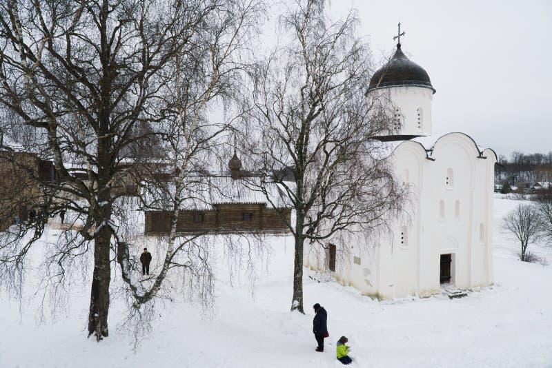 Staraya Ladoga, Rusia, el 5 de enero de 2019 Vista del patio de la fortaleza, de las iglesias ortodoxas y de los turistas imagen de archivo