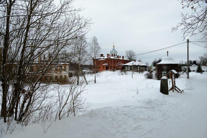 Staraya Ladoga, Rusia, el 5 de enero de 2019 Vista de los edificios dilapidados y del templo restaurado del monaster ortodoxo fem fotos de archivo