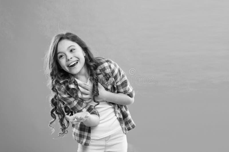Starb fast zu lachen Geben Sie nach und reagieren Sie lustige Geschichte Kindheits- und Gl?ckkonzept Kind mit nettem lachendem Ge stockfotografie