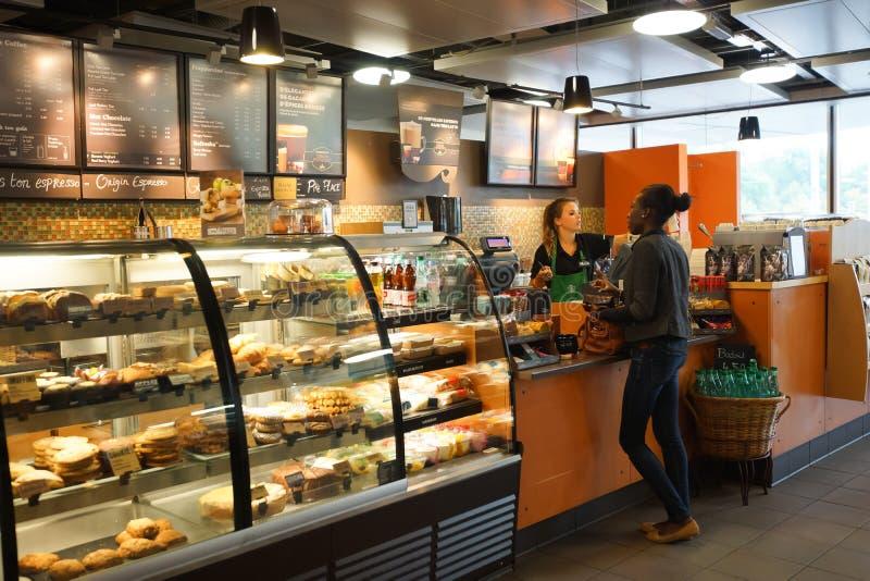 Starbucks kawiarni wnętrze obrazy stock