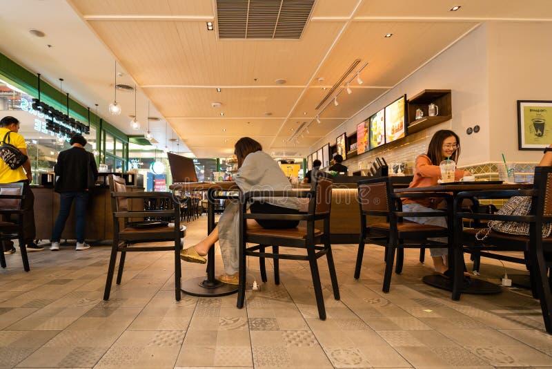 Starbucks Reserve Kunden in Nakhon Ratchasima, Thailand stockfotografie