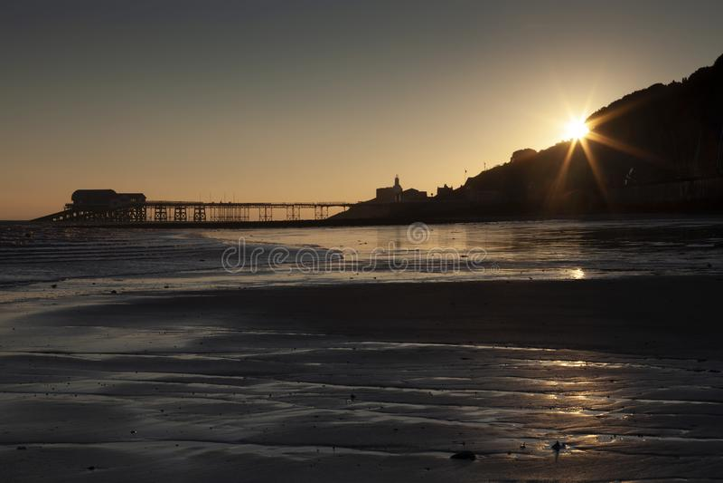 Starburst-Sonnenaufgang an murmelt Pier lizenzfreie stockfotos