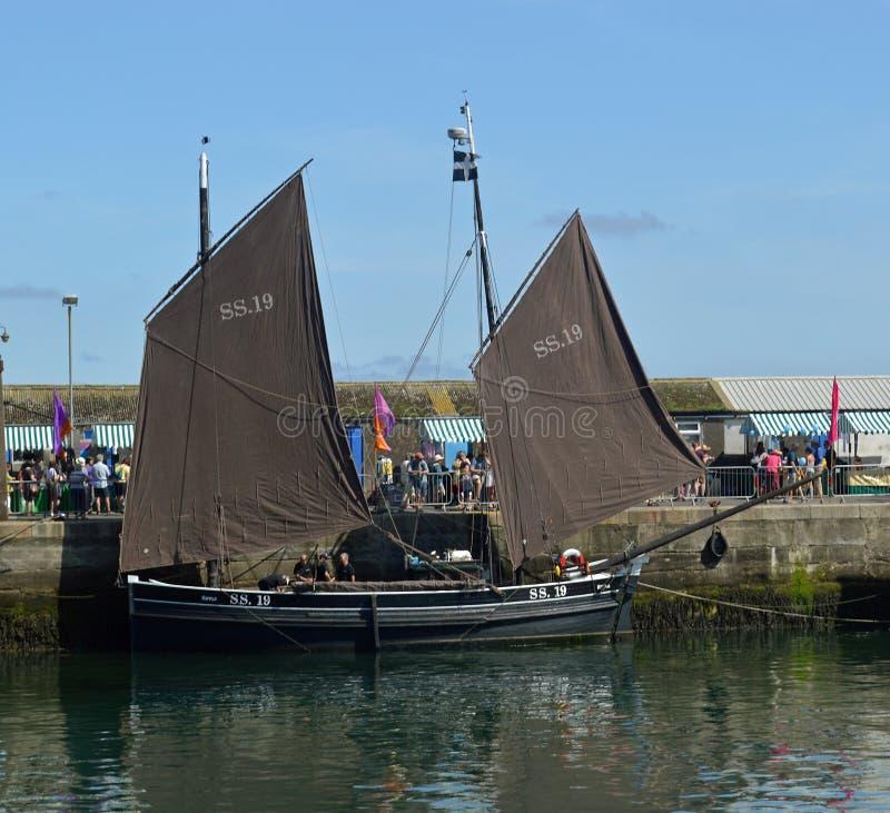Stare łodzie rybackie, lugiery, w Newlyn schronieniu Cornwall, Anglia fotografia stock