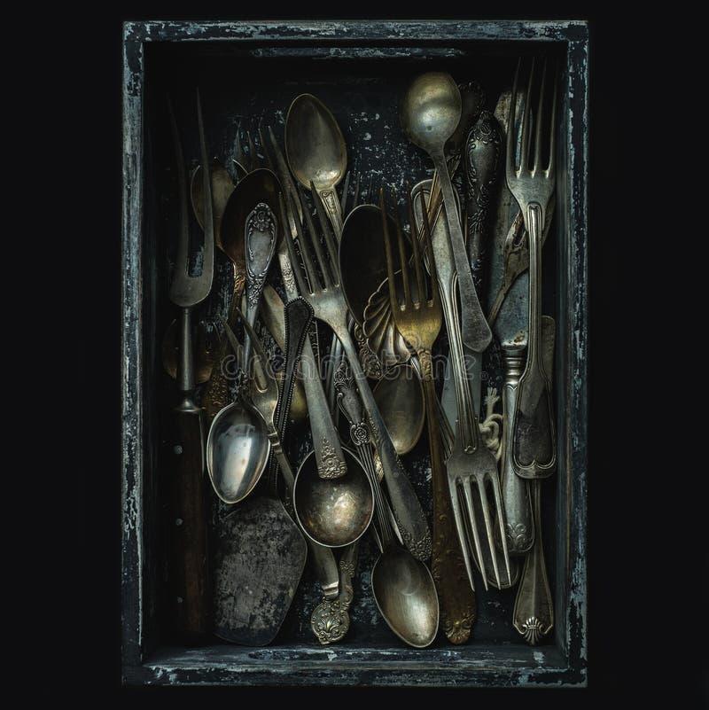 Stare łyżki, rozwidlenia i noże, rocznika styl fotografia stock