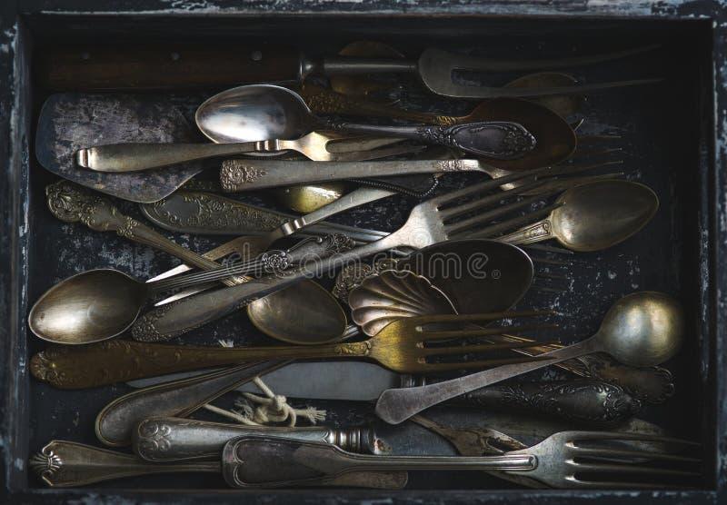 Stare łyżki, rozwidlenia i noże, rocznika styl fotografia royalty free
