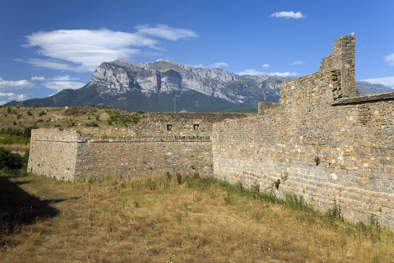 Stare ściany Ainsa, Huesca, Hiszpania w Pyrenees górach, stary izolujący miasteczko blisko Parque Obywatel De Ordesa obraz royalty free
