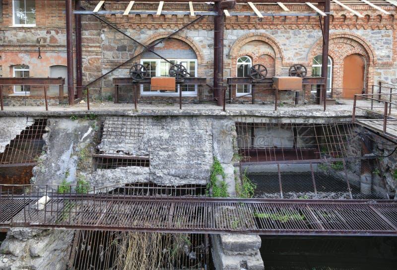 Stare śluzy na riverbank potrzeb naprawie obrazy stock