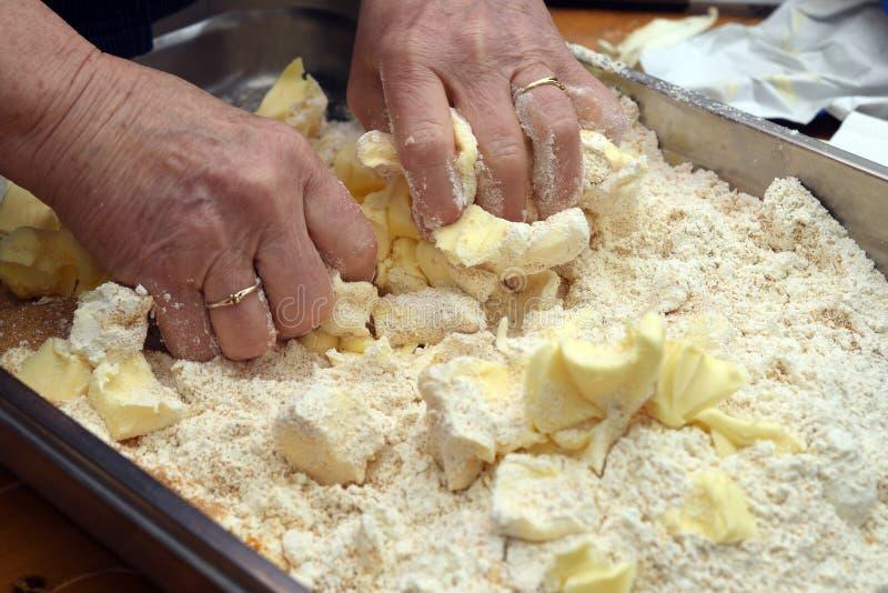 Stare żeńskie ręki ugniatają ciasto masło i mąka dla fotografia royalty free