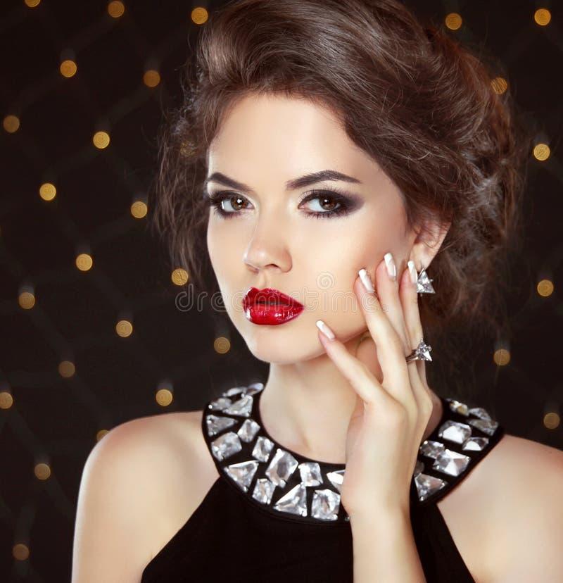 stare Πορτρέτο κοριτσιών μόδας ομορφιάς Όμορφη γυναίκα Brunette στοκ φωτογραφία με δικαίωμα ελεύθερης χρήσης