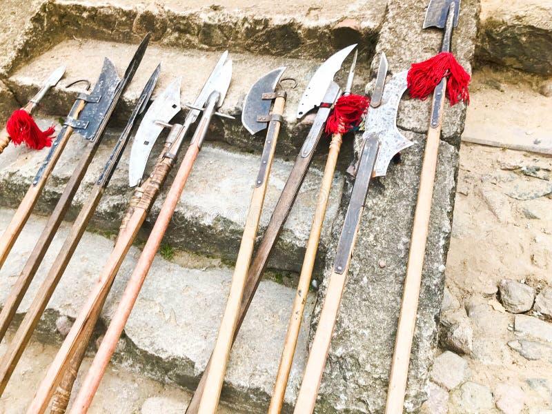 Stare antyczne średniowieczne zimne bronie, cioski, alabardy, noże, kordziki z drewnianym rękojeści liźnięciem na kamiennych krok obraz royalty free