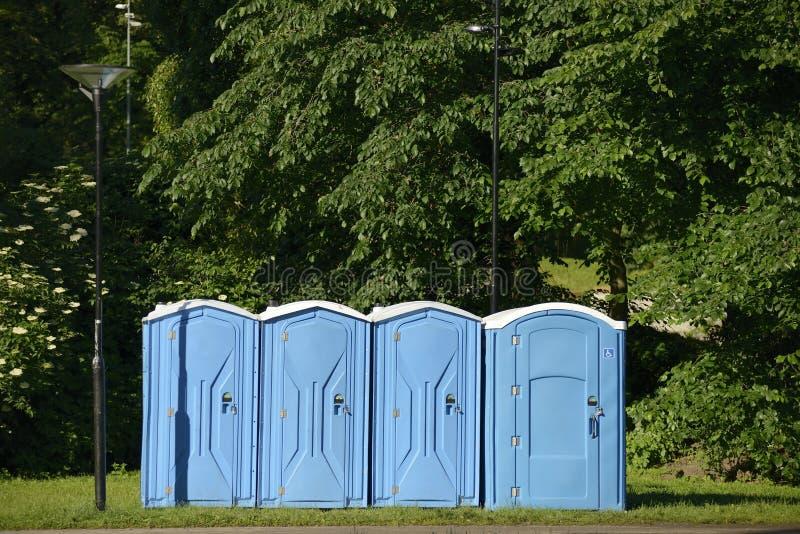 Stare błękitne mobilne toaletowe kabiny obraz royalty free