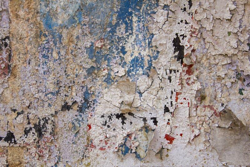 Stare białe szarość uszkadzali betonową ścianę z pęknięciami i strugać błękitnej czerwieni czerni farbę Szorstkiej powierzchni te zdjęcie stock