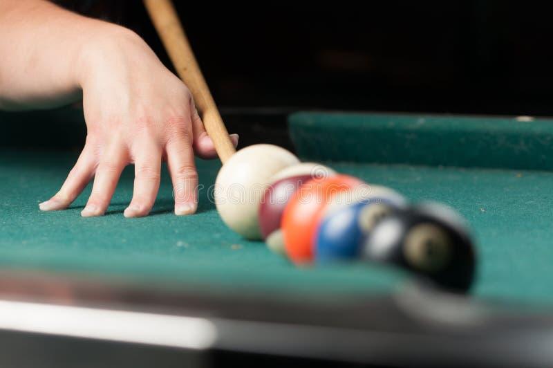 Stare bilardowe piłki i kij na zielonym stole bilardowe piłki odizolowywać na zielonym tle fotografia stock