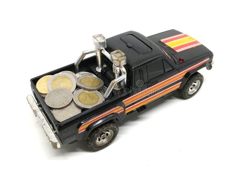 Stare brud zabawki pickup samochodu, ciężarówki przewożenia monety odizolowywać na białym b/ obrazy stock