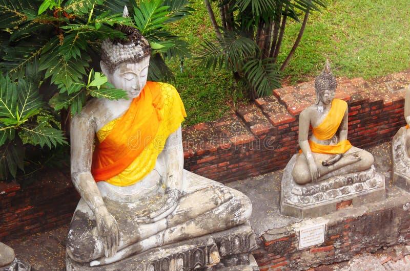 Stare Buddha statuy przy Wata Yai Chaimongkol ?wi?tyni? w Ayutthaya, Tajlandia zdjęcia stock