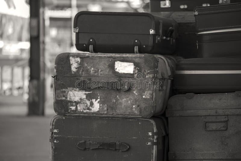 Stare być ubranym rocznik walizki brogować na taborowej kolejowej platformie wewnątrz zdjęcie stock