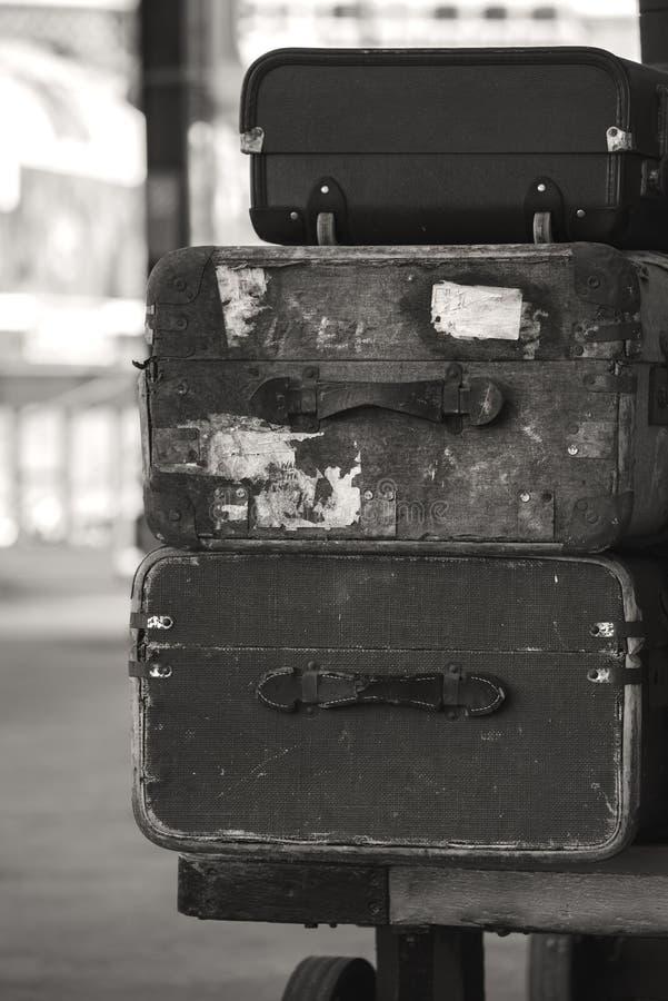 Stare być ubranym rocznik walizki brogować na taborowej kolejowej platformie wewnątrz fotografia royalty free