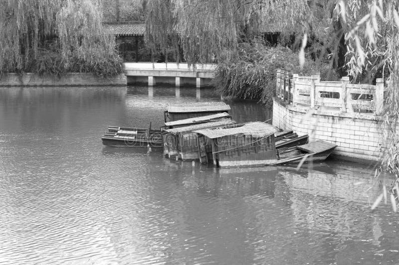 Stare chińskie zapadnięte łodzie w Lotosowym stawie obraz royalty free