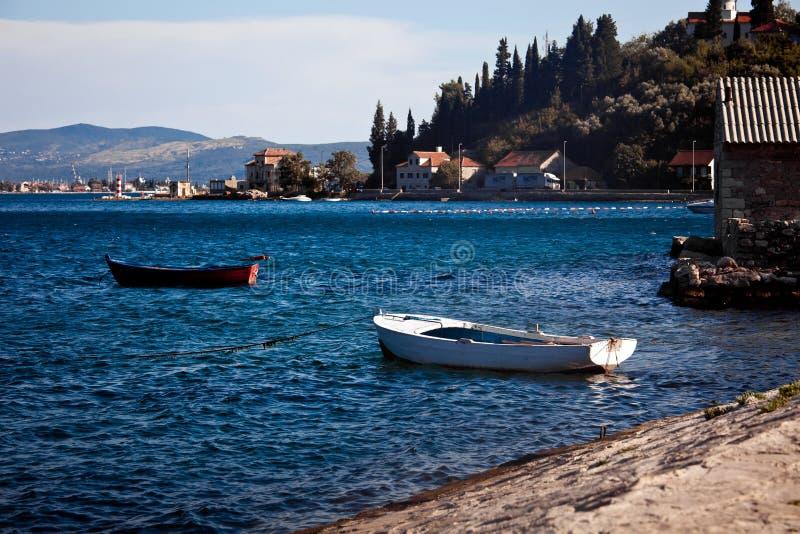 Stare denne łodzie w Kotor zatoce, Montenegro zdjęcia royalty free