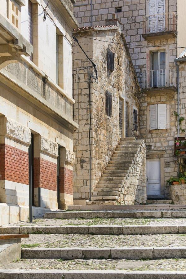 Stare domy w czarującej uliczce, typowa architektura śródziemnomorska, wyspa Vis, Komiza, Chorwacja zdjęcie stock