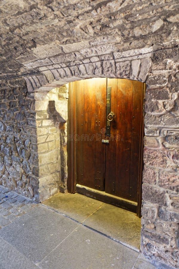 Stare drewniane drzwi przy ulicy Royal Mile High - Edynburg, Szkocja obrazy stock