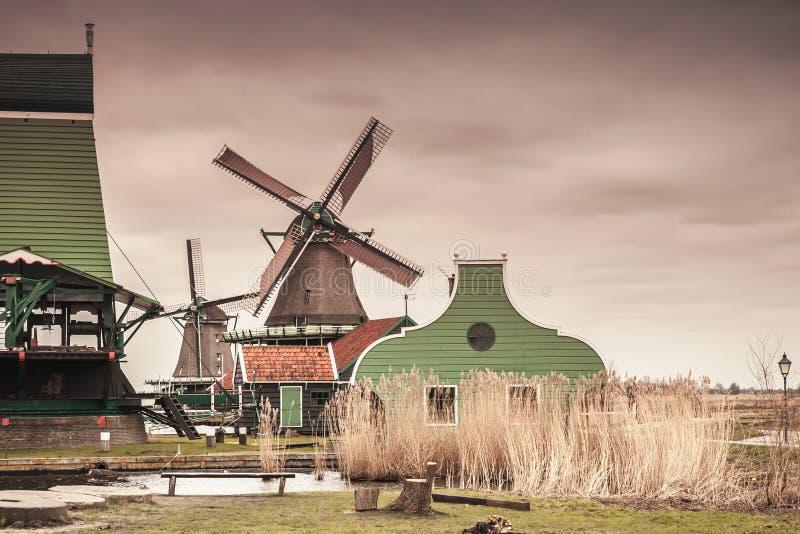 Stare drewniane stajnie i wiatraczek na Zaan rzece zdjęcia royalty free