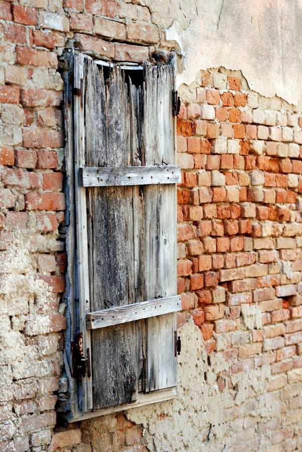 Stare drewniane zamknięte żaluzje w wyspie Susak fotografia royalty free